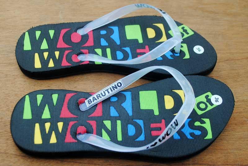 wirausaha-menjual-sandal-souvenir