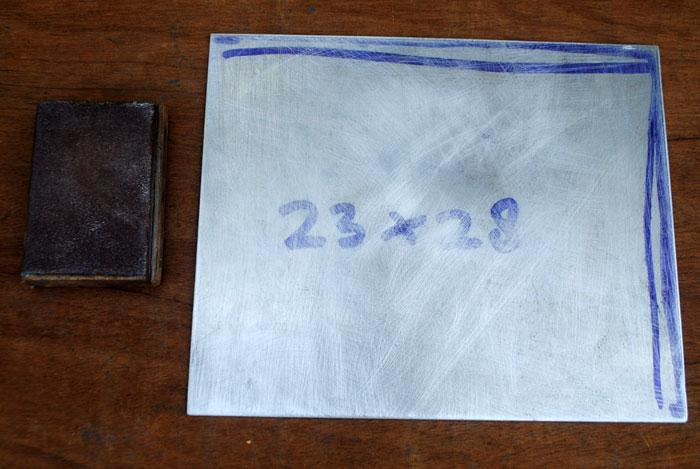 permukaan-aluminium-digosok-agar-kasar-dan-lem-mudah-lengket