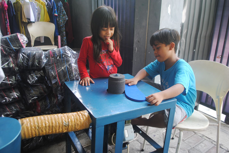 anak-kecil-latihan-wirausaha-membuat-sandal