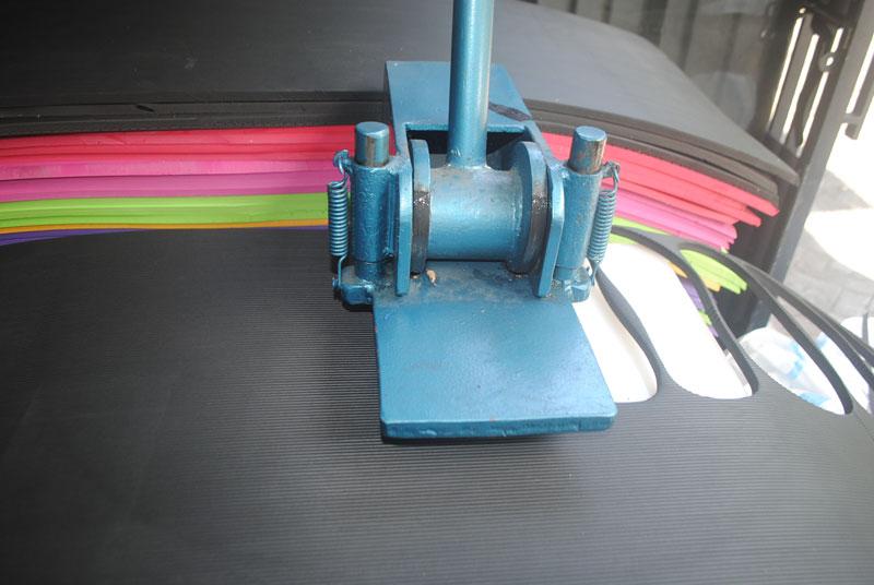 memotong-bahan-alas-sandal