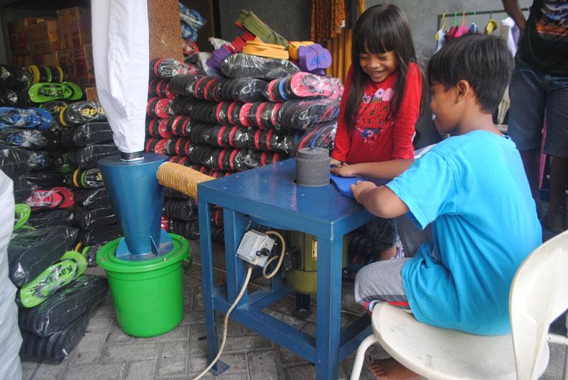 praktek-membuat-sandal-japit-untuk-anak-anak