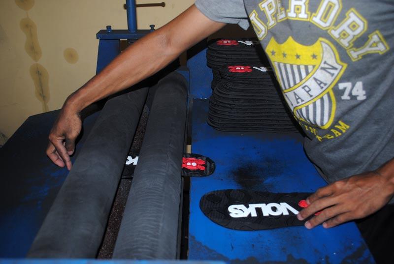 sole sandal dimasukkan dalam rol mesin sekrap