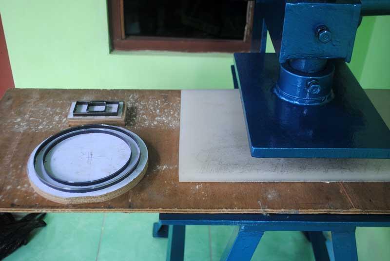 O ring karet bisa dibuat dengan pisau cuting dari bahan karet lembaran