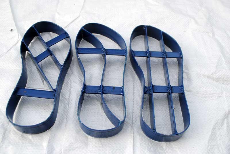 Pisau belah untuk buat kombinasi warna pada sandal nama