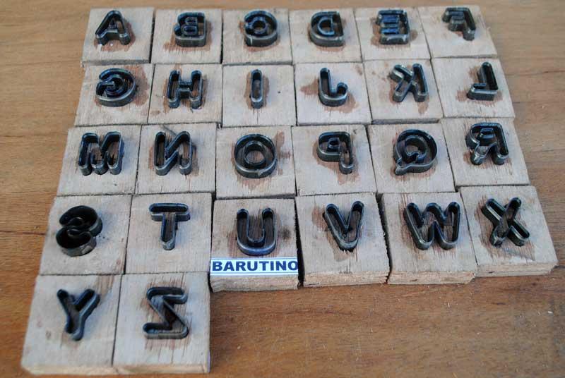 Tinggi huruf 2 sentimeter dan tipe font Arial Rounded MT Bold Cocok untuk sandal nama