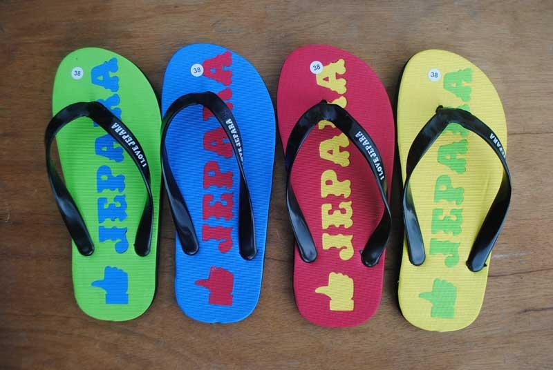 Memadukan beberapa warna untuk tipe karakter sandal cerah