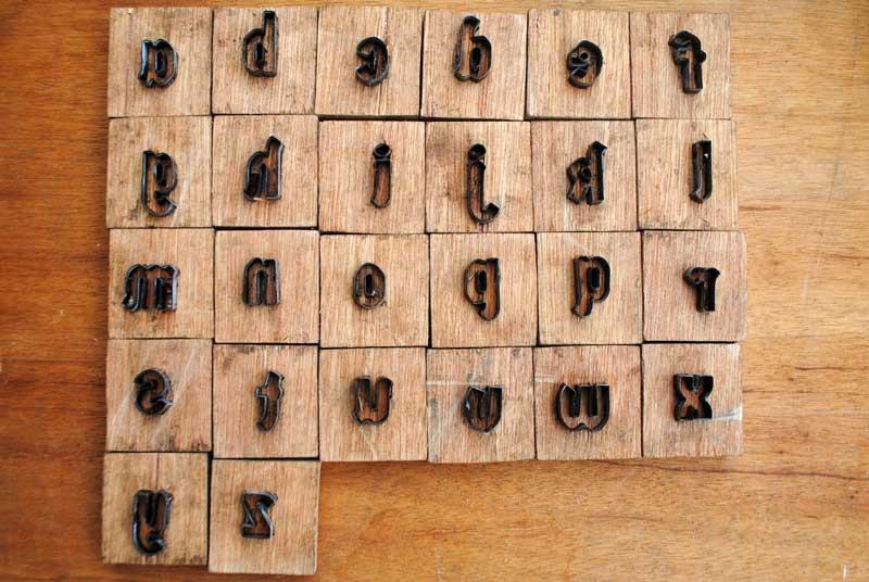 Pisau cuting huruf tipe font Germania One dengan tinggi 2.5 sentimeter