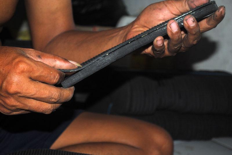 Cara menempel lapisan karet bawah  ke lapisan spon sandal