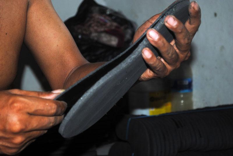 pengeleman-lapisan-sandal-bagian-bawah