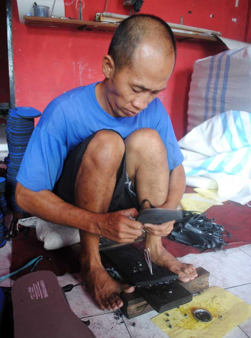 posisi-duduk-memasang-japit-sandal