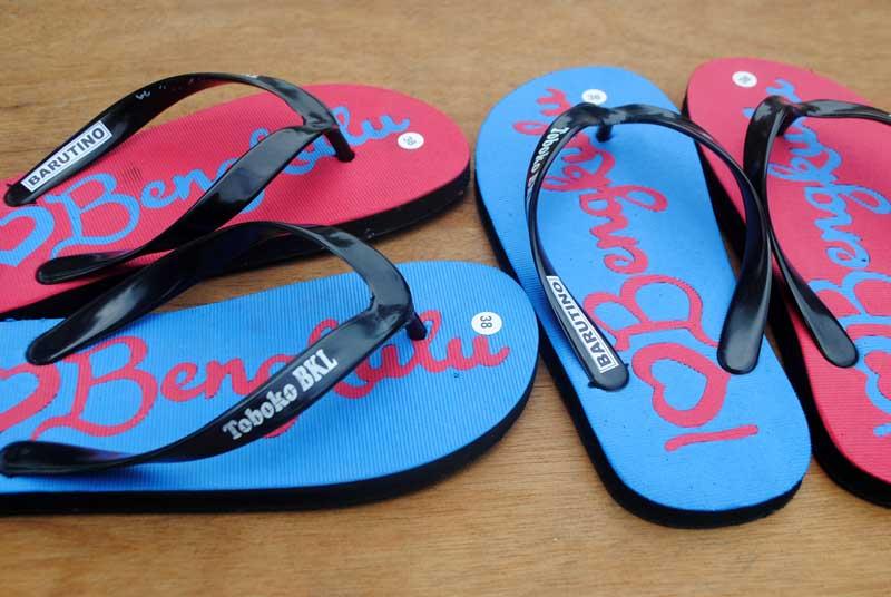 Tipe font handwritten pada sandal I love Bengkulu