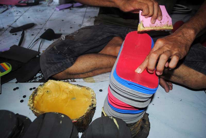 mengelem-permukaan-sandal