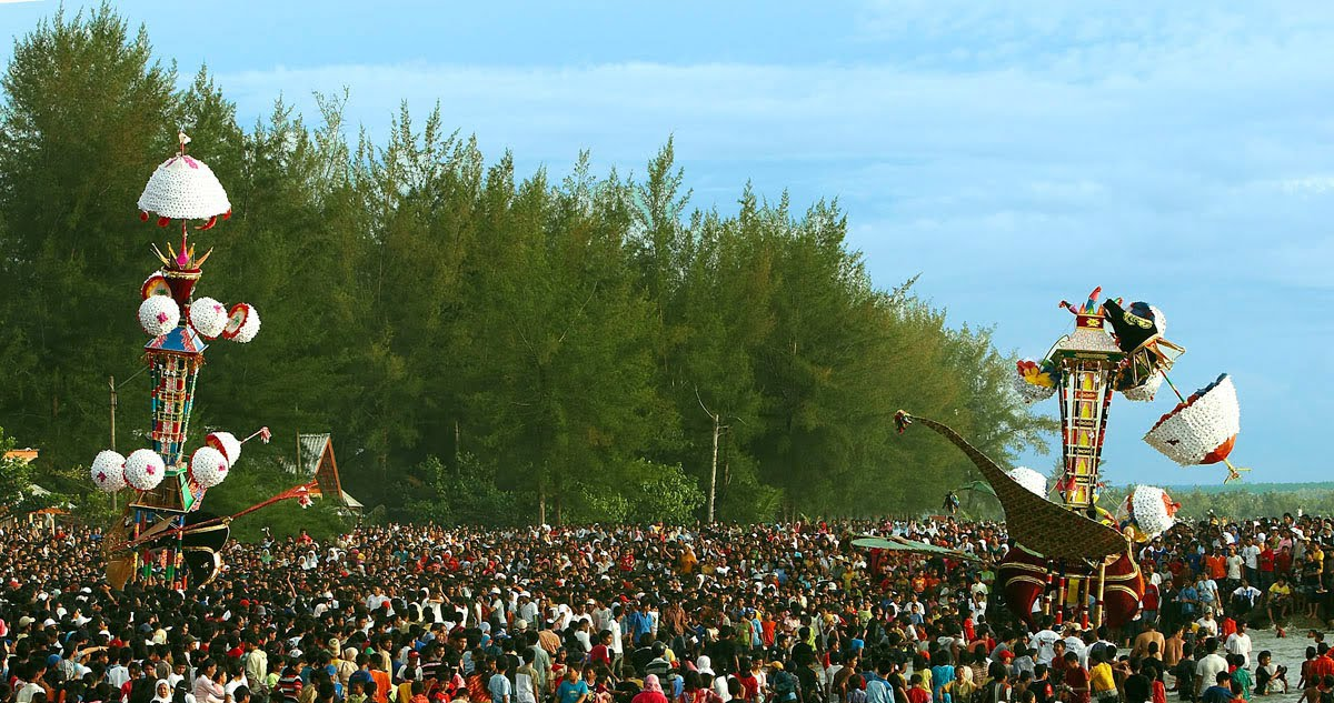 Sumber foto : https://wijayaanton.wordpress.com/2011/01/13/budaya-hoyak-tabuik-pariaman/