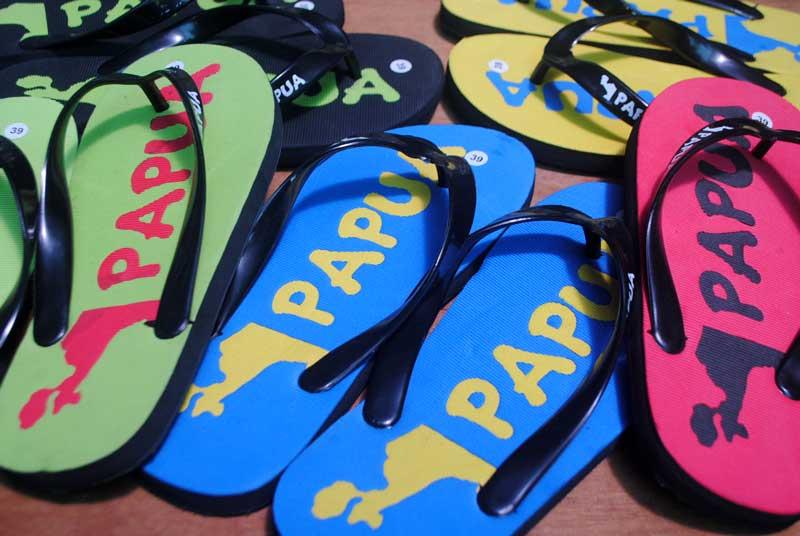 Peta pulau Papua dijadikan gambar souvenir sandal