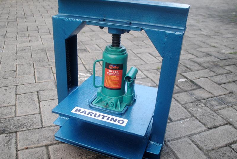 Alat pres hidrolik manual dengan menggunakan dongkrak botol