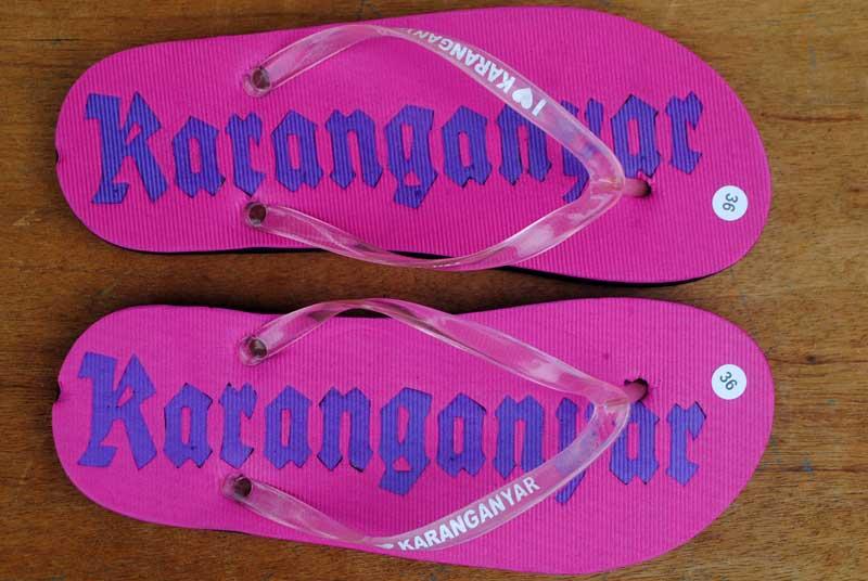 sandal-wanita-dengan-bentuk-font-yang-lawas