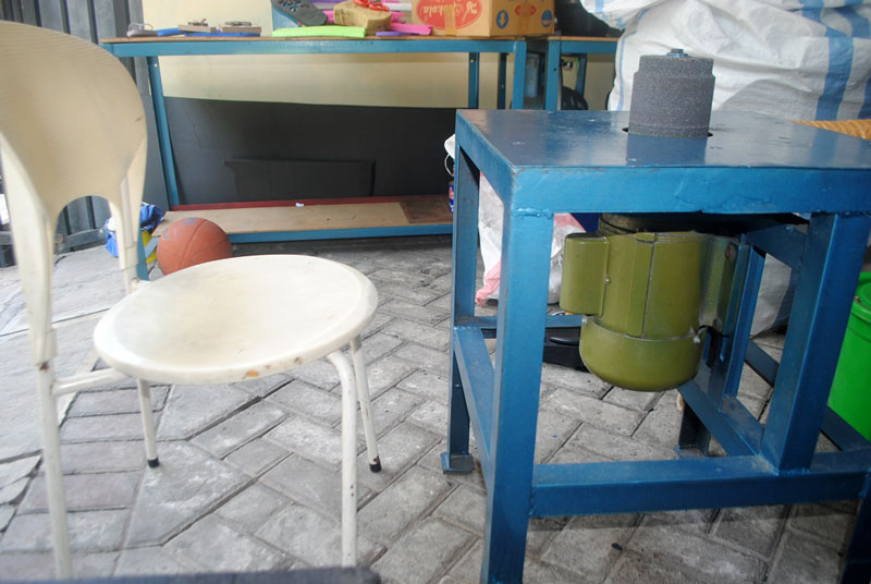 mesin-gerinda-denga-kursi-siap-untuk-kerja