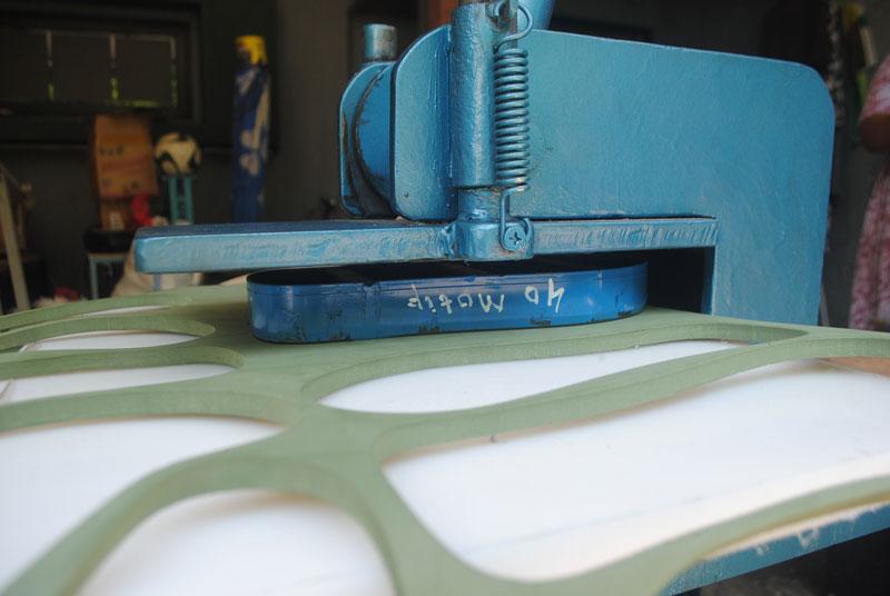 mesin-khusus-untuk-memotong-dan-buat-sandal