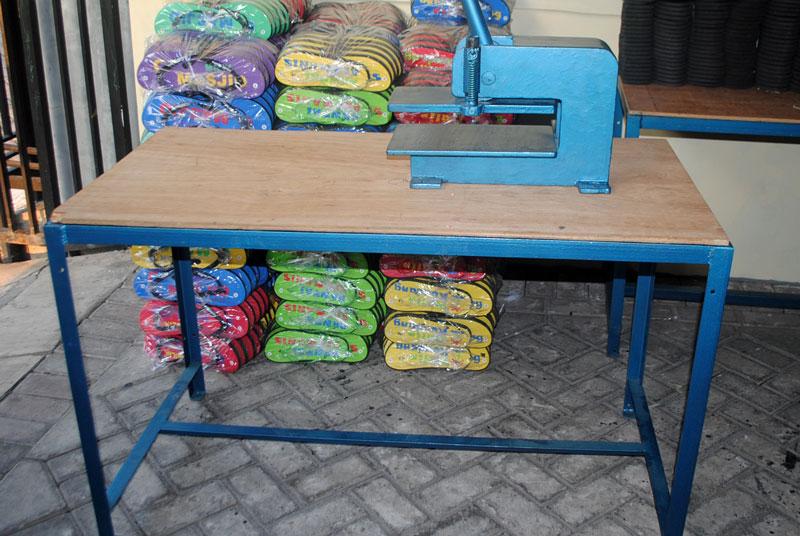 mesin-press-sandal-bisa-diletakkan-pada-semua-jenis-meja