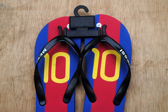 Hanger sandal untuk mengantung sandal saat berjualan di toko
