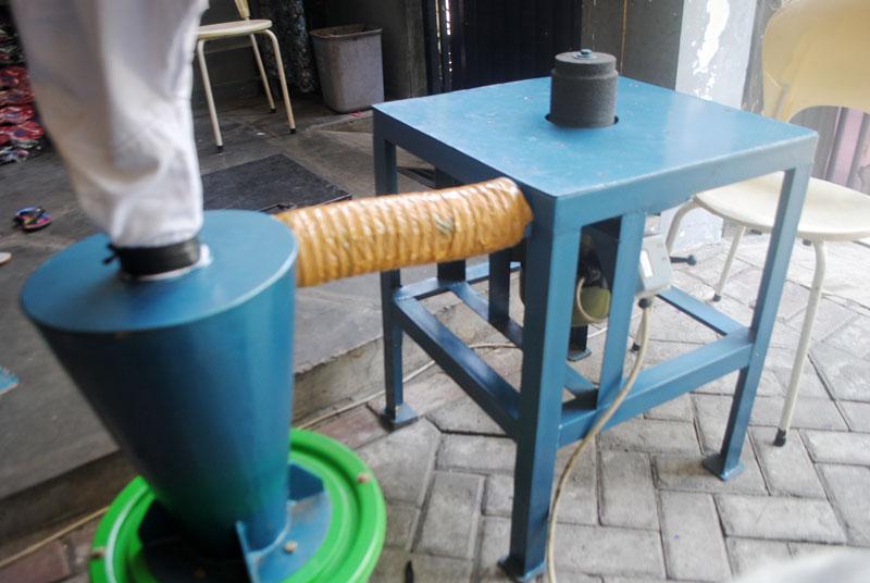 Mesin gerinda sandal yang dilengkapi dengan blower penyedot debu