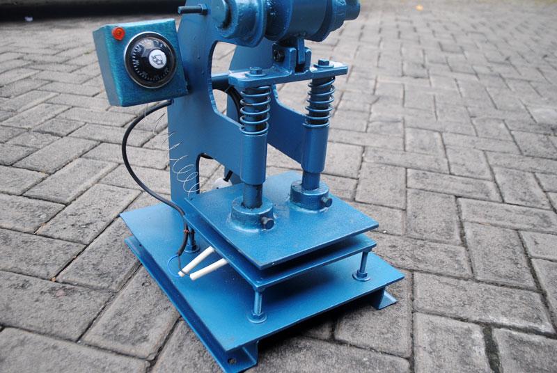 Mesin pres panas dengan posisi elemen pemanas berada dibawah