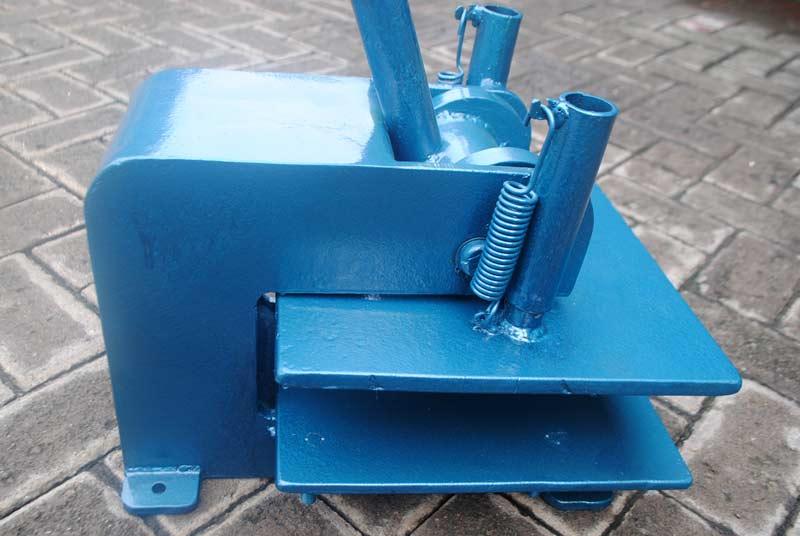 Mesin press dua fungsi untuk memotong bahan dan emboss motif
