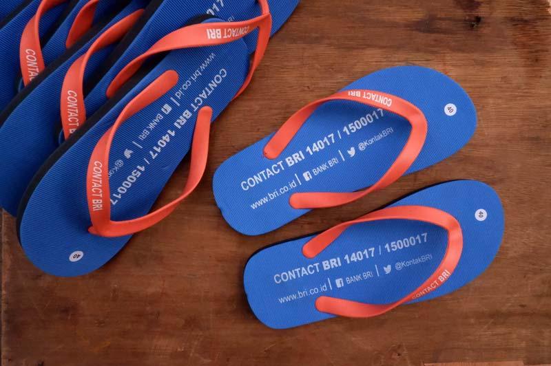 Membuat pesanan sandal dengan logo perusahaan